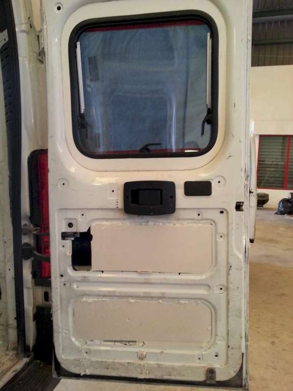 La puerta trasera, con cortes de panel XPS y espuma de poliuretano para sellar los bordes