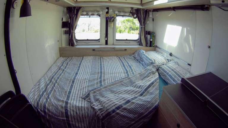 Modo noche, con cama de 133x185cm
